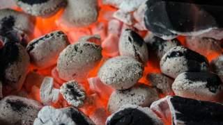 Polacy nie mają pojęcia, jak łatwo można otworzyć worek węgla do grilla. Wystarczy jeden sprytny ruch