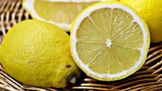Najlepszy sposób na wyciśnięcie soku z cytryny. Wszystko trwa kilka sekund