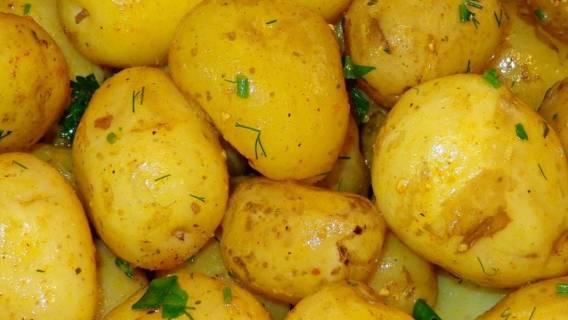 Młode ziemniaki zachwycają smakiem.