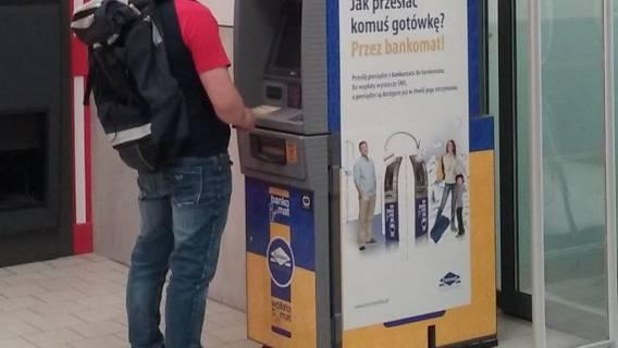 Pieniądze Polacy masowo wypłacają