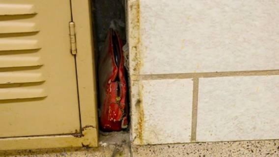 Na terenie szkoły znaleziono starą torebkę