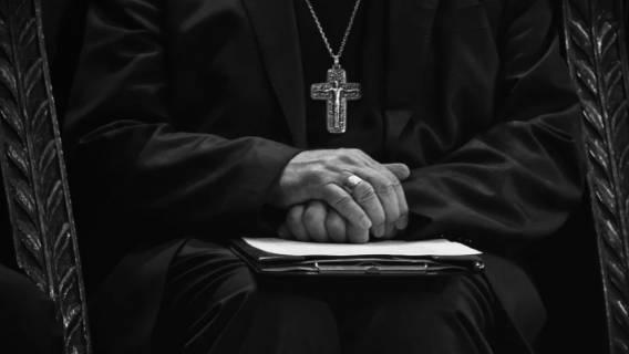 Zabawa w chowanego, kuria broni biskupa