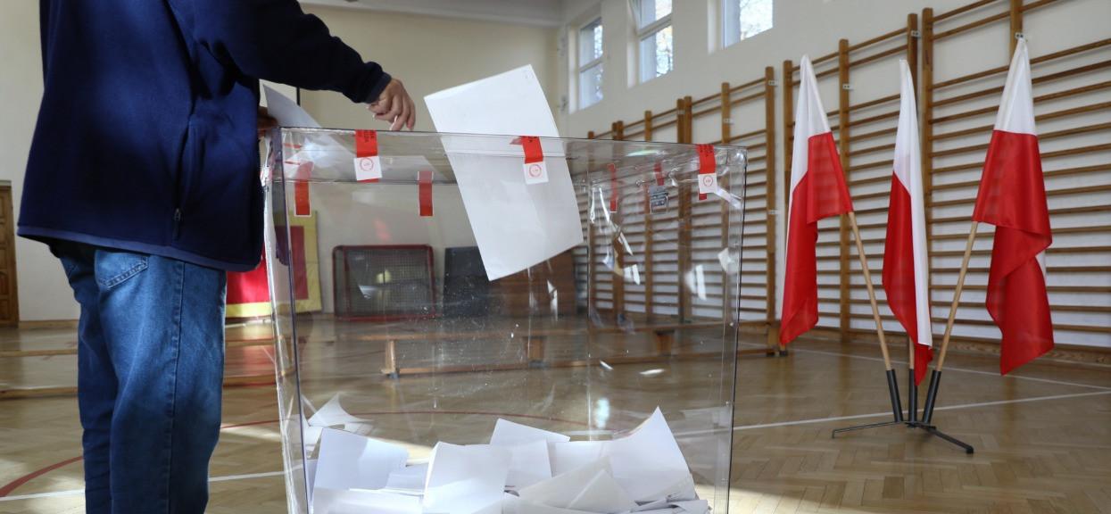 Państwowa Komisja Wyborcza właśnie przekazała ważne informacje. Nie mieści się w głowie, co się dzieje przed lokalami wyborczymi