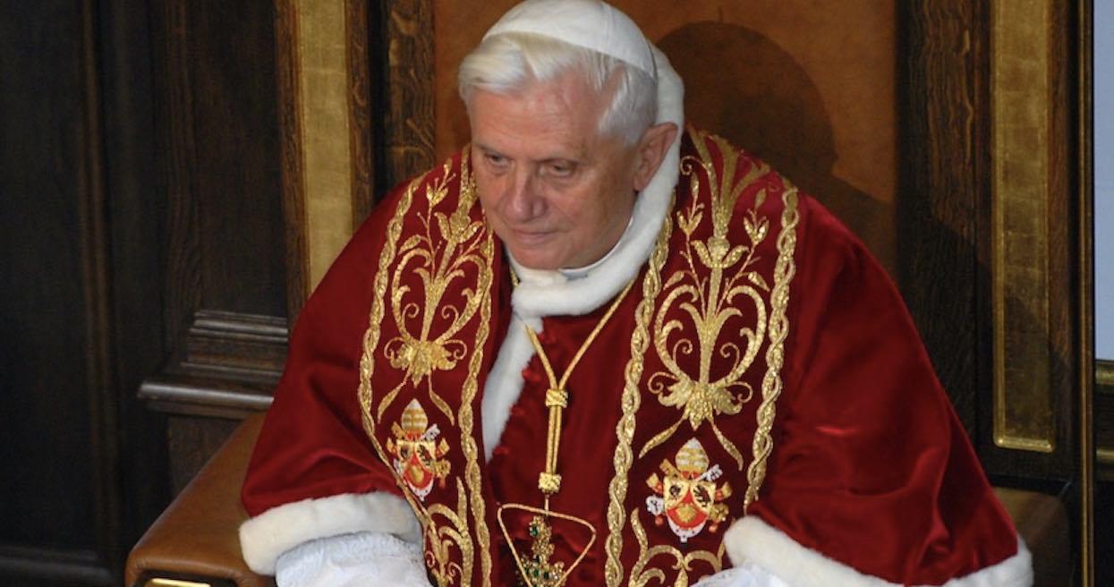 Benedykt XVI w trybie pilnym pojechał do szpitala, nie pokazuje się publicznie. Na jaw wyszły najnowsze informacje o sytuacji emerytowanego papieża