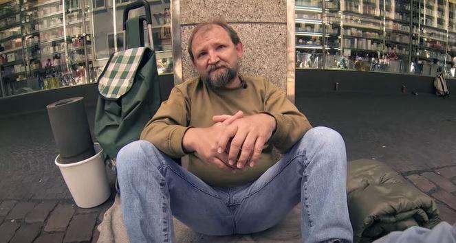 Zapytał bezdomnego, czy może od niego pożyczyć wiaderko. Kilka sekund później wydarzyło się niebywałe, gdyby nie nagranie, nikt by nie uwierzył