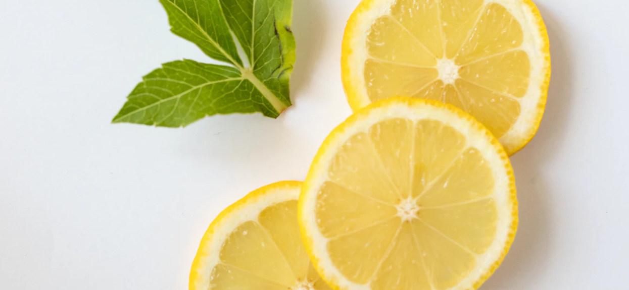 Cytryna pokrojona na ćwiartki