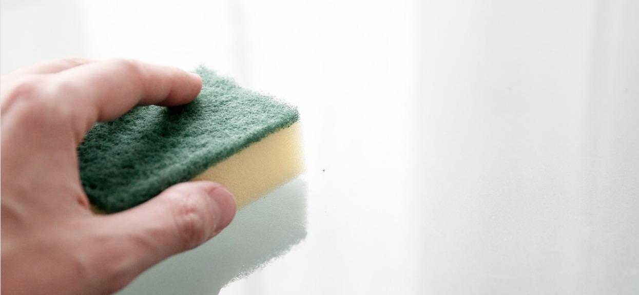 Mało kto zna sekretne zastosowanie gąbek do zmywania naczyń. Spektakularny trik i powalające efekty