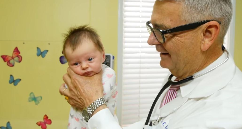 Lekarz wziął dziecko na ręce. Rodzice nie mogli przewidzieć, co się za chwilę stanie