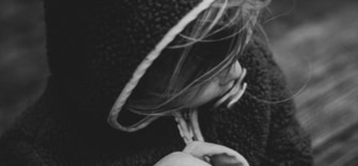 Dramat 4-latki. Zmarła jej mama, a ojciec, którego nie zna, chce ją odebrać babci