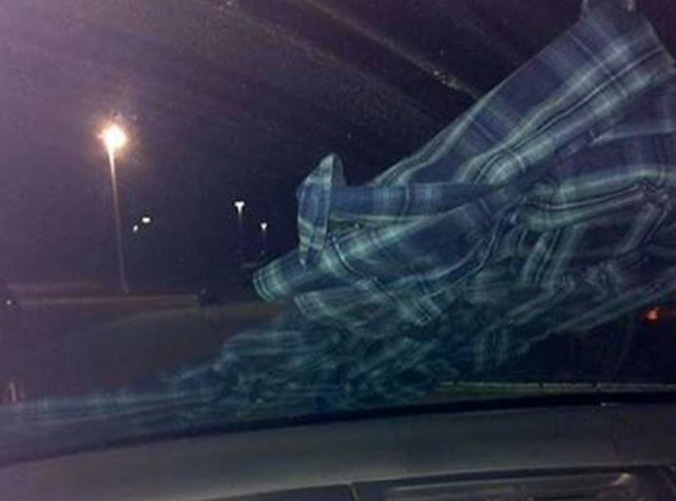 Wsiadła do samochodu i zauważyła koszulę na przedniej szybie. Znalazła się w wielkim niebezpieczeństwie