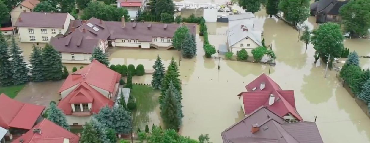 Katastrofalne zniszczenia, w jednym rejonie najwyższy możliwy stan zagrożenia. Żywioł nie miał litości dla Polaków