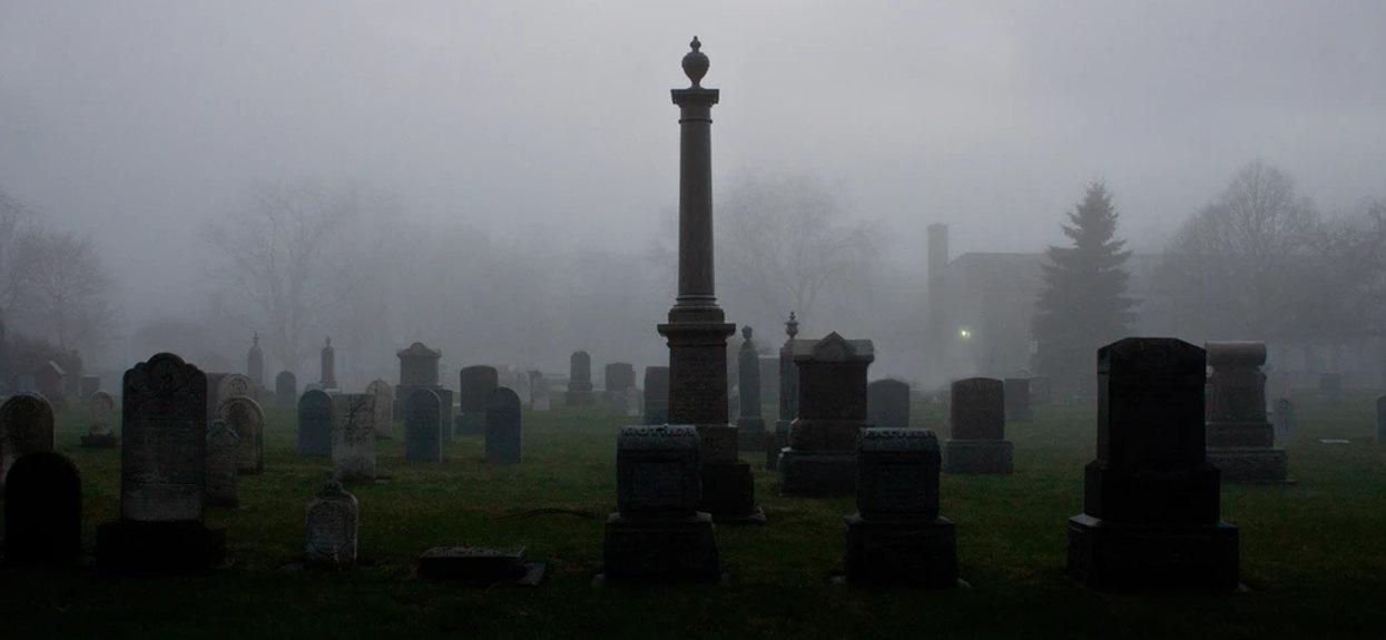 Spacerując po cmentarzu natrafiła na widok, którego nie da się zapomnieć. Wygląd grobu sprawia, że przechodzą ciarki