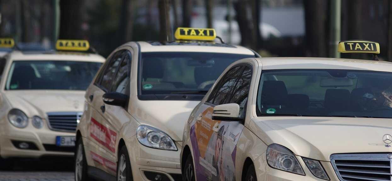 Mama z 5-letnim synkiem wsiadła do taksówki. Nagle kierowca wyrzucił ich z auta, powód przechodzi ludzkie pojęcie