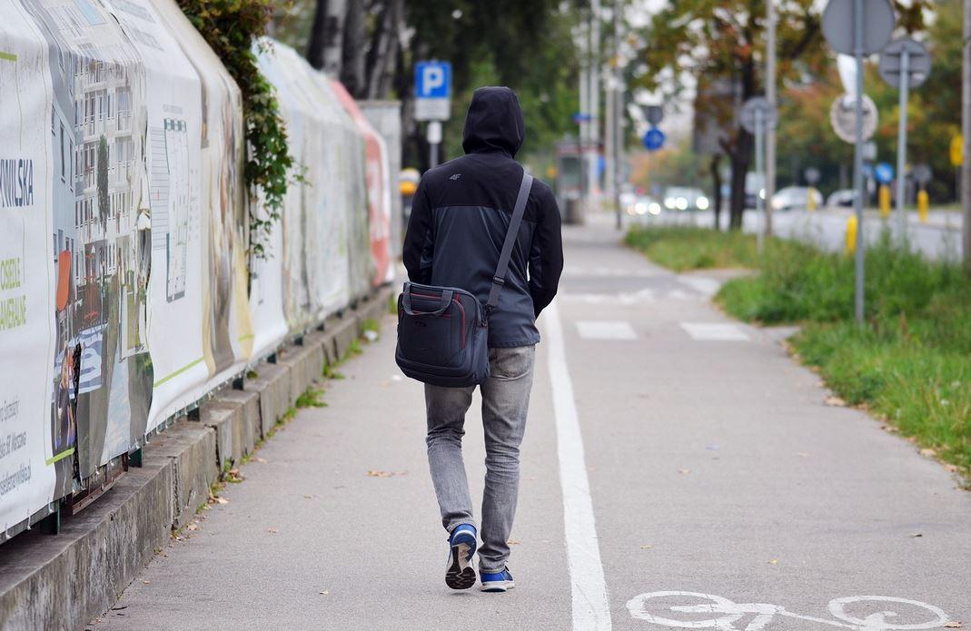 Nagle obca kobieta podeszła na ulicy do mężczyzny i wyszeptała mu 5 słów. Aż go zmroziło