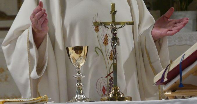 Wielu mieszkańców jest maksymalnie oburzonych. W kościele odbędzie się msza w intencji księdza molestującego dziewczynki