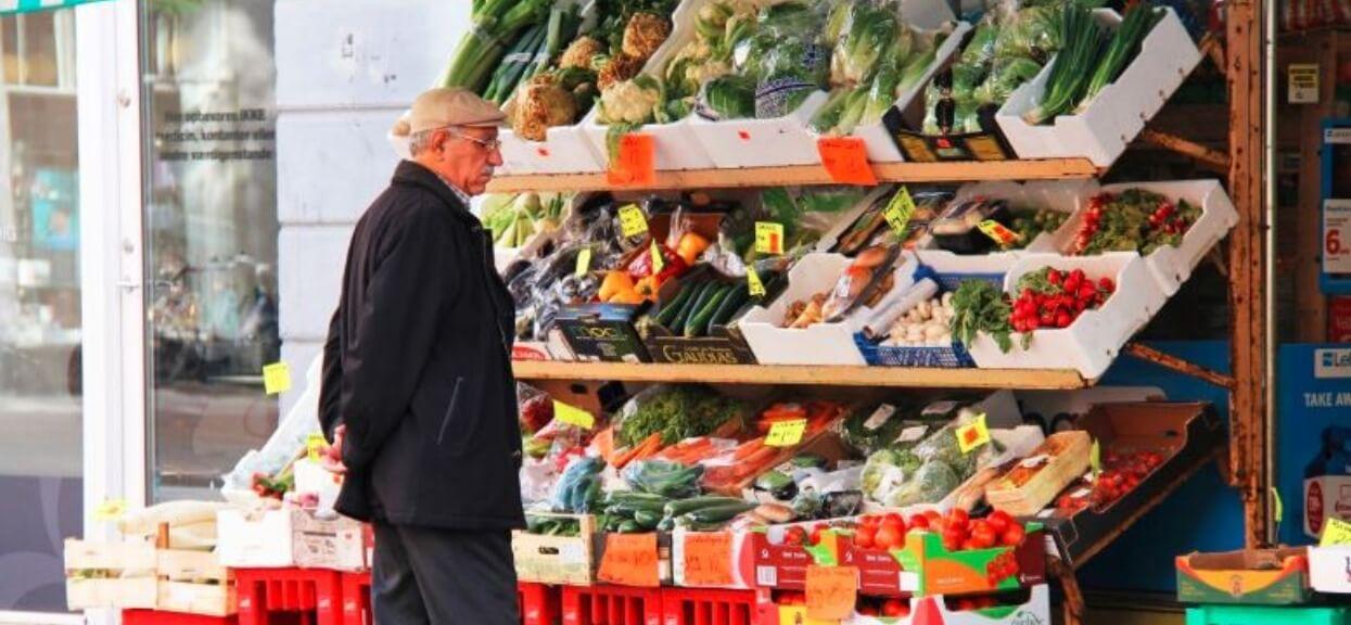 Kasjerka zwróciła uwagę emerytowi, że jego pokolenie nie dbało o środowisko. Jego odpowiedź zwaliła ją z nóg