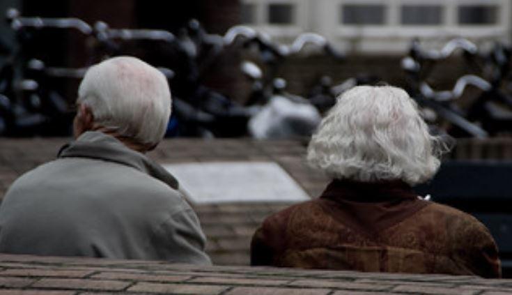 Kilkaset tysięcy seniorów ma szansę dostać po 12 tysięcy zł. Senat chce pilnej zmiany w ustawie