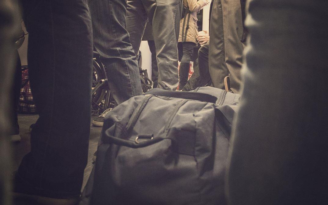 W pociągu znalazł porzuconą torbę. Gdy zajrzał do środka, nogi się pod nim ugięły, natychmiast zawiadomił policję