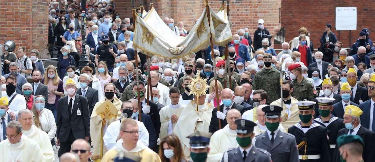 Sanepid wydał komunikat najwyższej wagi. Poszukiwane są konkretne osoby, które były w kościele na procesji Bożego Ciała