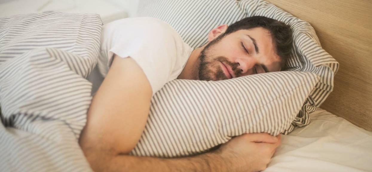 Śpisz na lewym boku? Każdy powinien znać konsekwencje, wpływ pozycji na organizm jest piorunujący