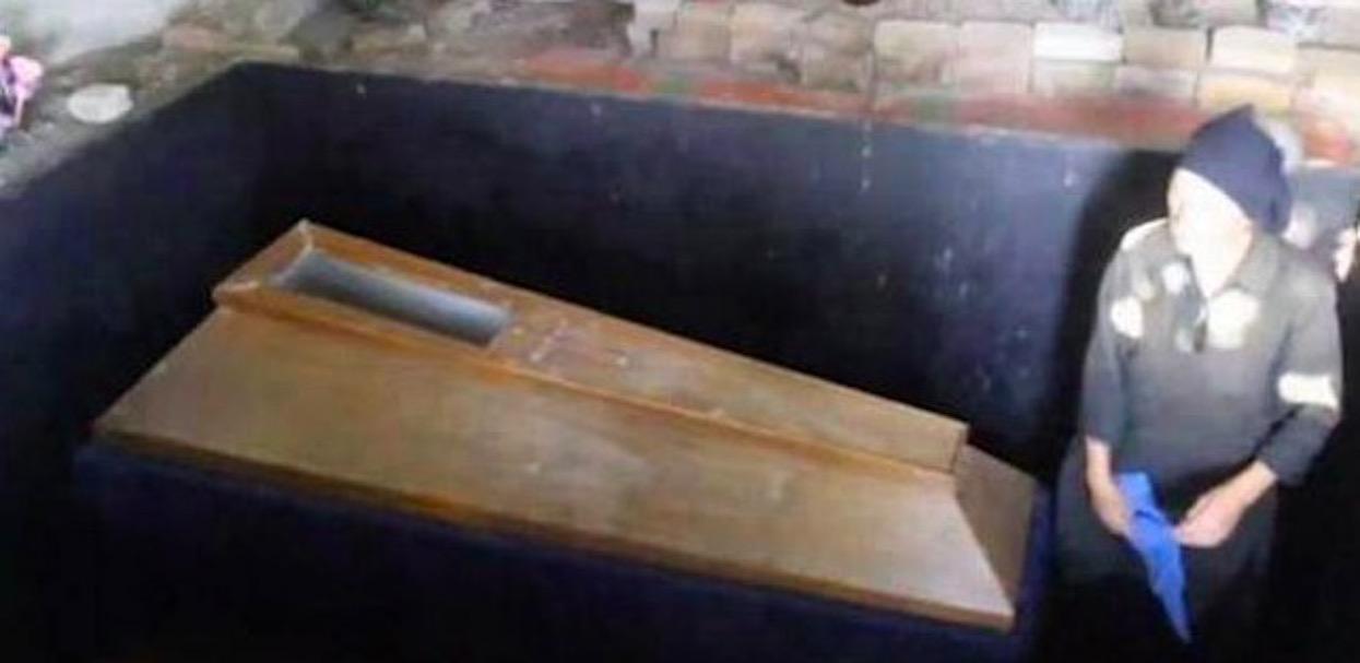 Kobieta od 22 lat trzyma swojego martwego syna w piwnicy i codziennie otwiera trumnę. Powód jest zatrważający, tylko dla osób o mocnych nerwach