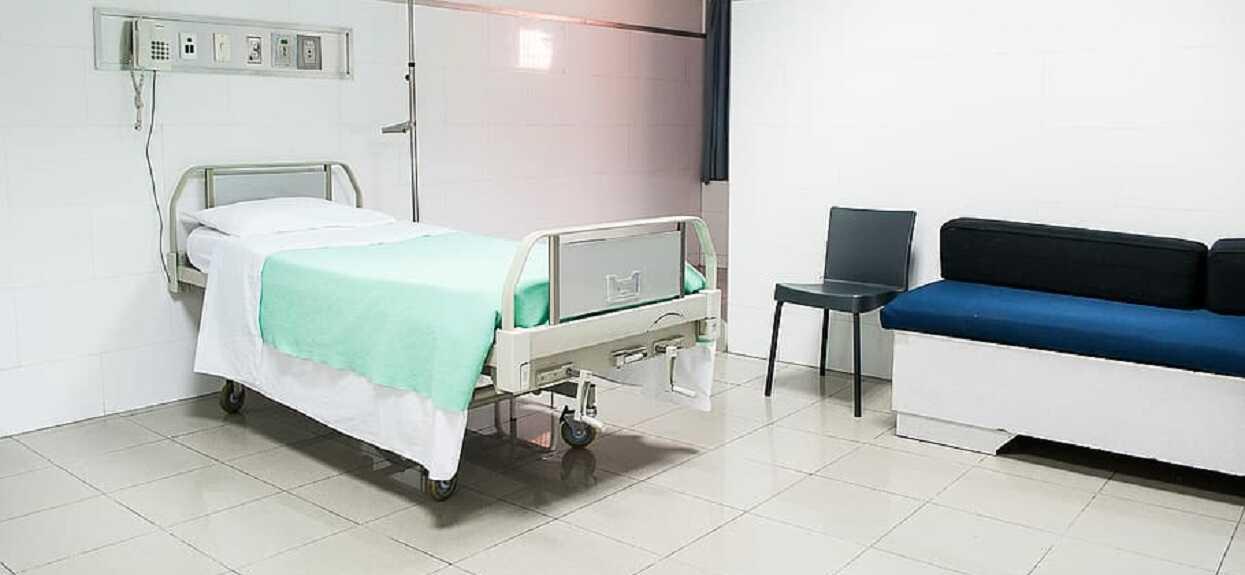 Prof. Gut wskazał nową grupę ryzyka. Wzrasta liczba osób wymagających leczenia szpitalnego