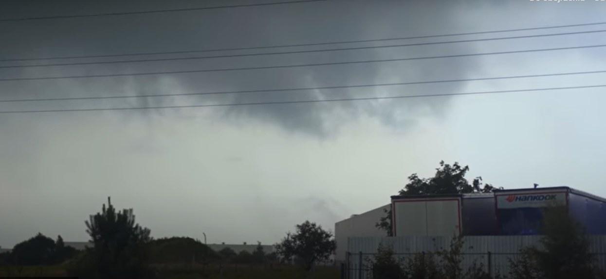 Trąba powietrzna w polskiej miejscowości? Wstrząsające nagranie sprzed kilku godzin obiegło sieć