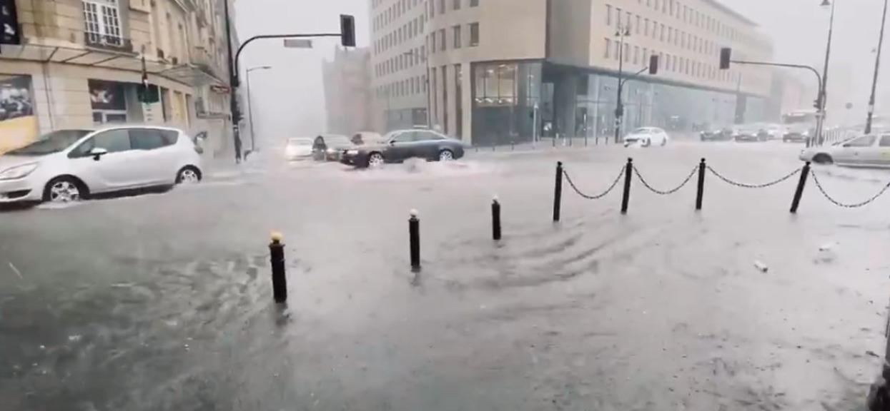 Niestety, 3 ministerstwa i szpital zalane, ale inne rzeczy martwią bardziej. Okropny dramat w stolicy