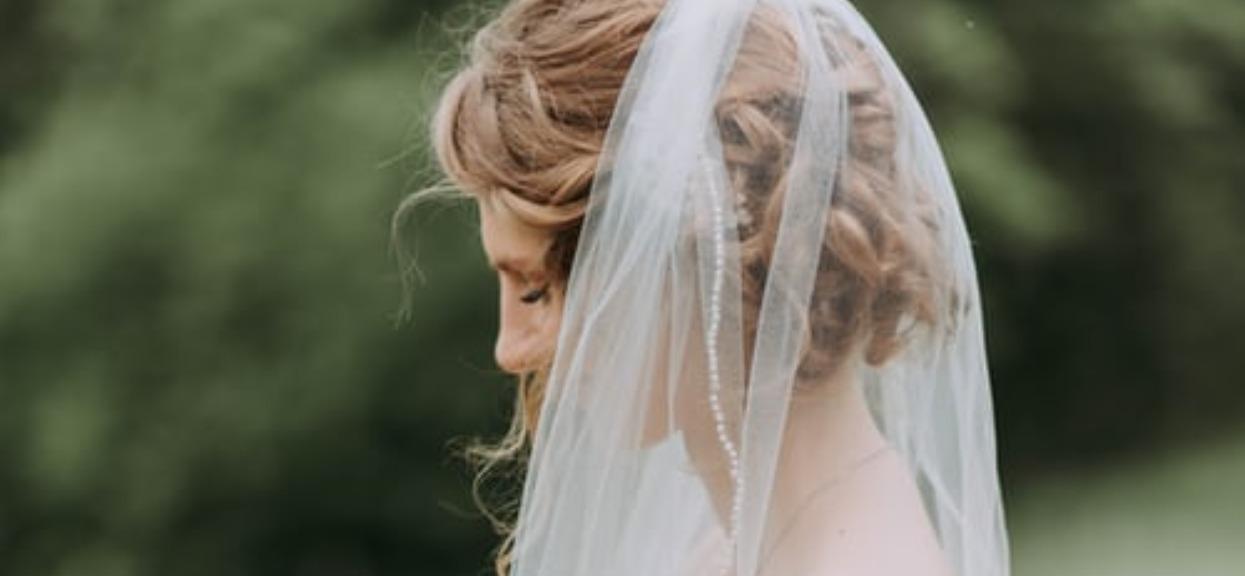 Nie wierzyła, że matka mogła się posunąć do tak haniebnego czynu. Całe wesele zostało zrujnowane, w głowie się nie mieści