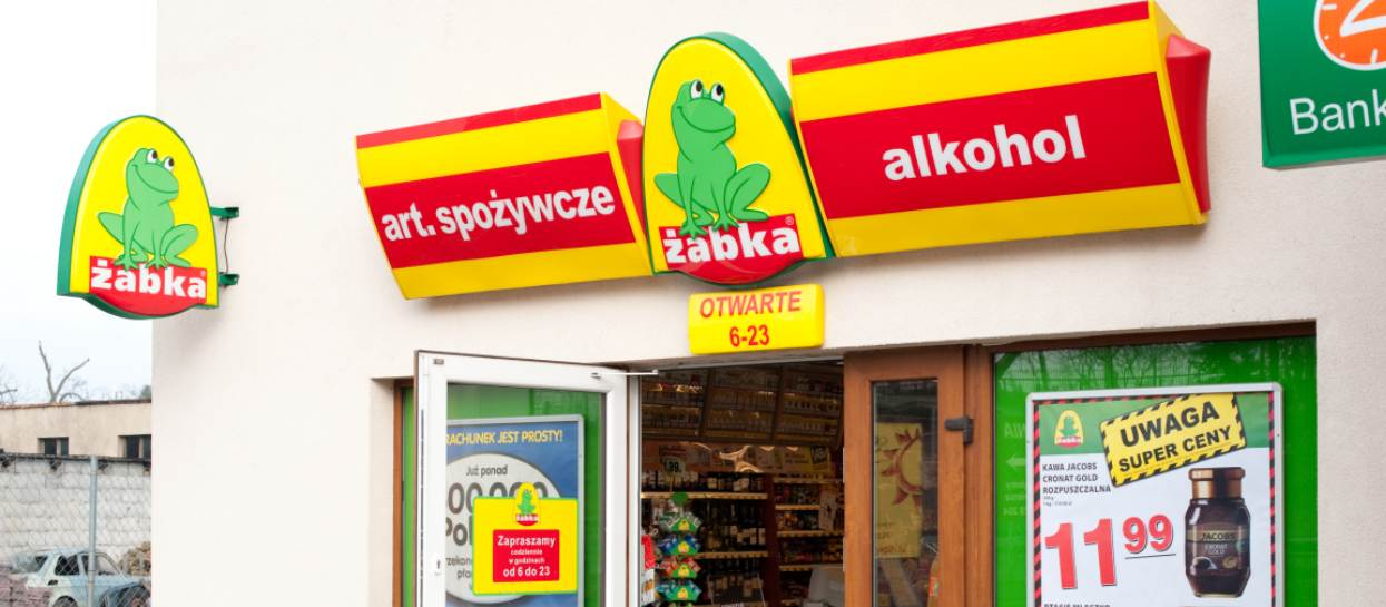 Wejdziesz do Żabki i grubo się zdziwisz. Wprowadzono nowe zasady robienia zakupów, wiele osób nie będzie miało wstępu do sklepów