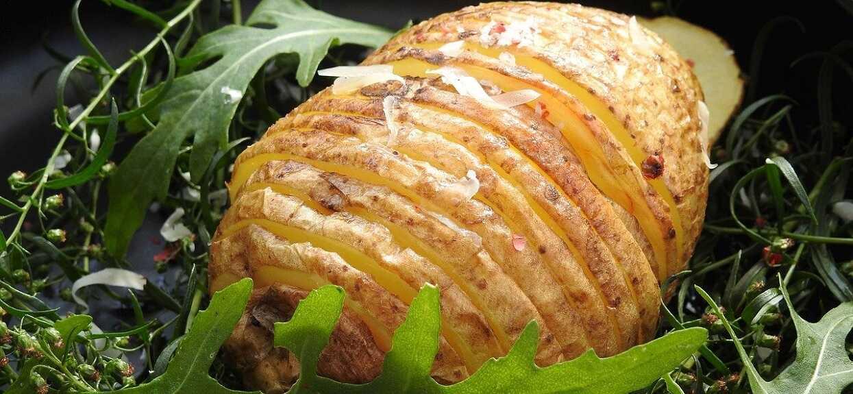 Nic nie pasuje tak dobrze do obiadu jak ziemniaki po szwedzku. Ich przygotowanie trwa tylko chwilę, ale smak rozkłada na łopatki