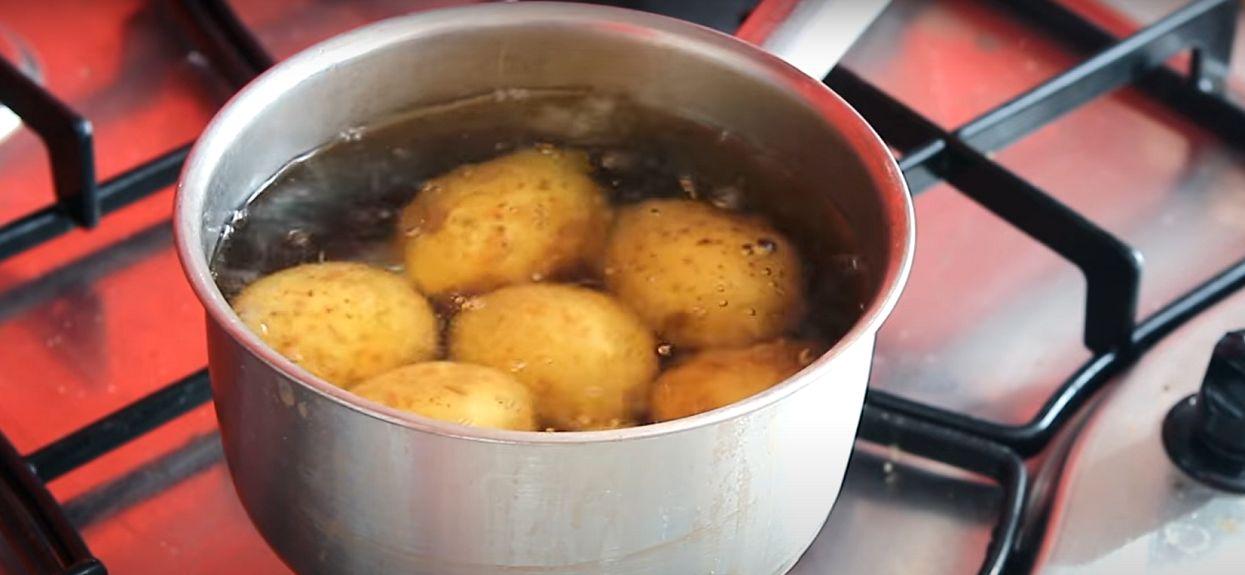 Prawie każda pani domu popełnia wielki błąd przy gotowaniu ziemniaków. Wystarczy prosty trik naszych babć i dodanie 1 składnika