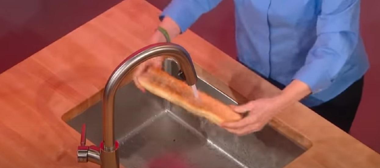 Włożyła chleb pod bieżącą wodę, efekty są spektakularne