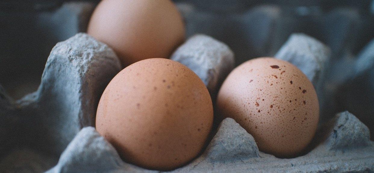 Całe życie źle obieraliście jajka? Wystarczą 3 sekundy i jeden prosty trik