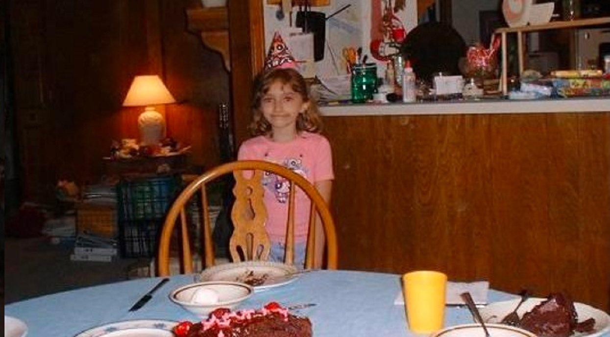 Zrobili dziewczynce pamiątkowe zdjęcie z urodzin. Dopiero później zauważyli przerażający szczegół w tle