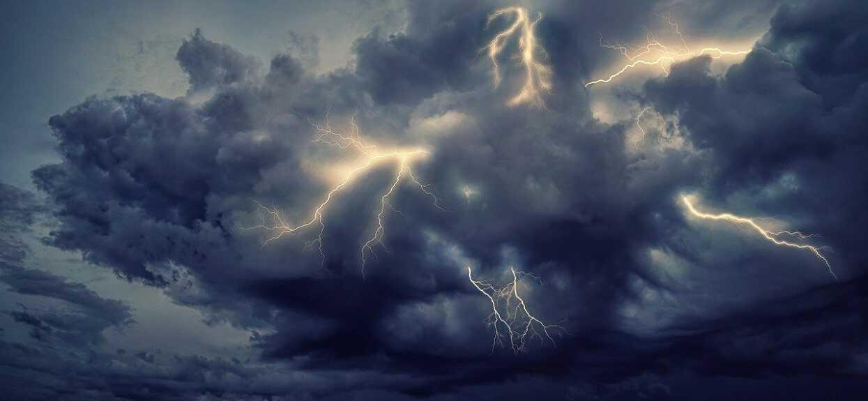 Dewastujące burze przechodzą przez Polskę. Sytuacja jest ciężka, tysiące ludzi bez prądu