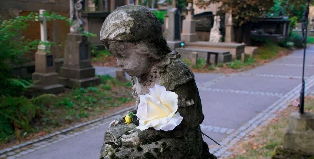Rodzice przyjechali na grób synka. Nie byli gotowi na widok, który zastali na miejscu