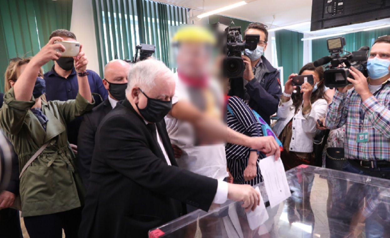Jarosław Kaczyński już zagłosował. Gdy chciał wrzucić kartę do urny, podszedł do niego mężczyzna