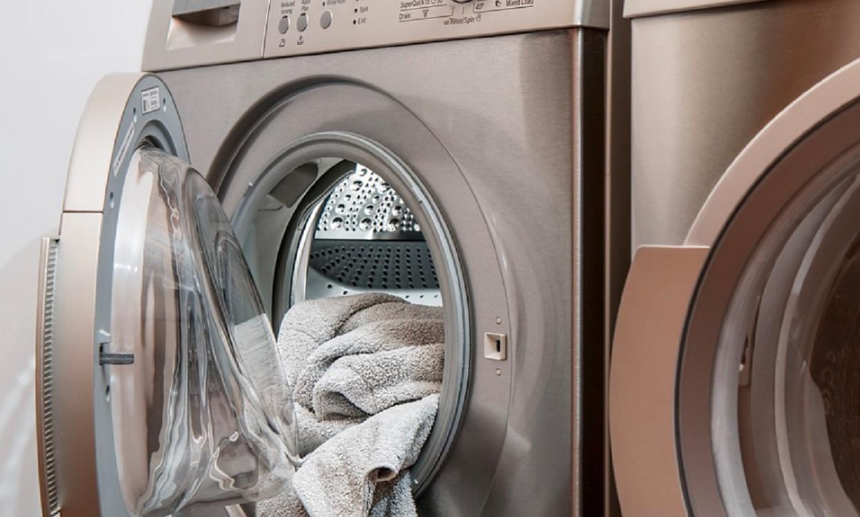 Kobieta nastawiła i włączyła pranie. Nagle usłyszała z bębna dziwny dźwięk, otworzyła drzwi i zamarła