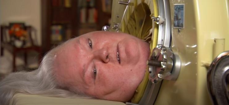 Kobieta spędziła ponad 60 lat w wielkiej tubie. Kiedy człowiek pozna powód, robi się smutno