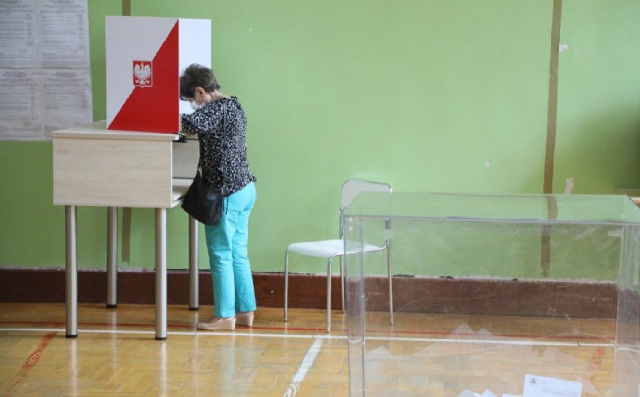 Członkini komisji wyborczej przyłapana. Schowała karty do głosowania i nie chciała oddać, interweniowała policja