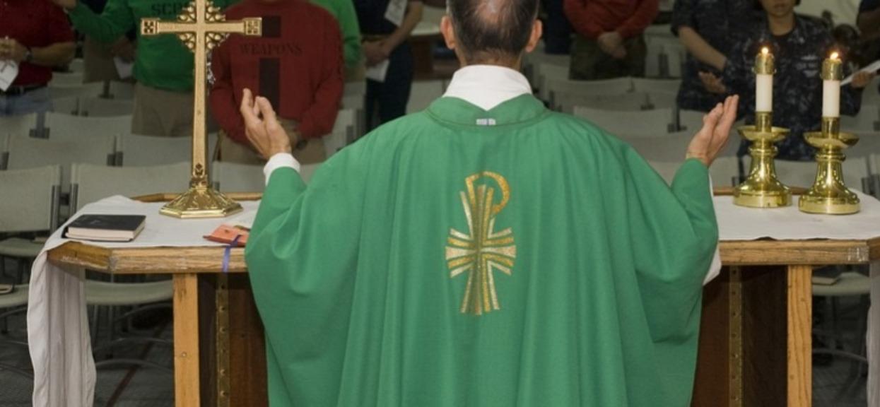 """Ksiądz ujawnia. W Kościele robi się karierę """"przez łóżko"""", niewiarygodne fakty"""