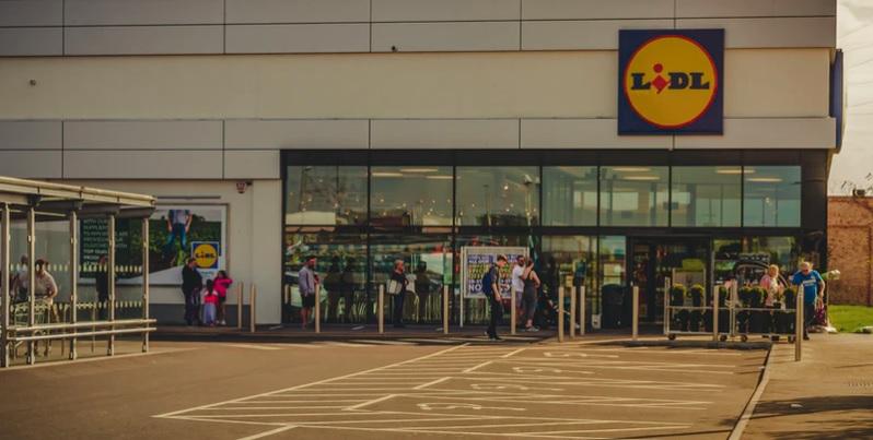 Klienci Biedronki, Lidla i innych sklepów mogą być wściekli. Właśnie ogłoszono kontrowersyjną decyzję