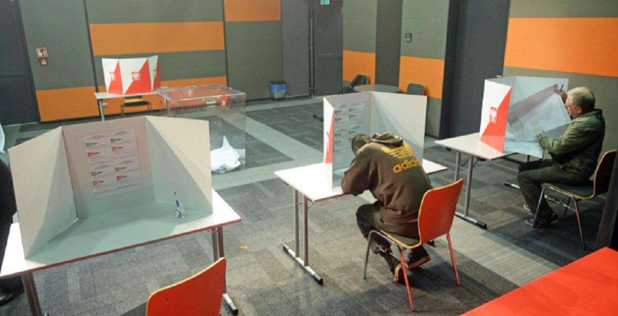 Skandaliczne sceny w lokalu wyborczym. Zrobiło się niebezpiecznie, konieczna interwencja policji