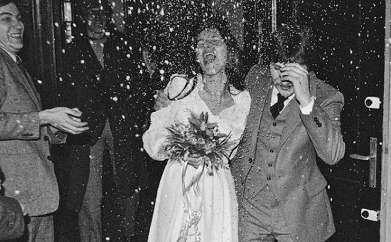 Ich zdjęcie ślubne sprzed kilkudziesięciu lat wyciekło do sieci. Poznajecie?