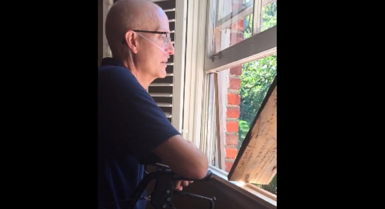 Umierający nauczyciel usłyszał dziwny hałas. Wyjrzał przez okno i wybuchnął płaczem