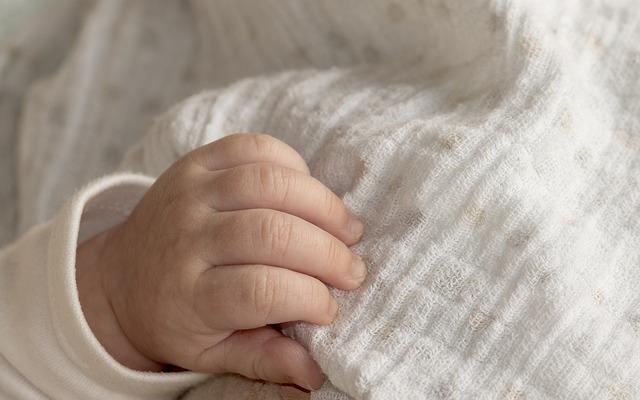 Niewiarygodne zdjęcie noworodka stało się hitem internetu. Urodził się trzymając w rączce niebywałą rzecz