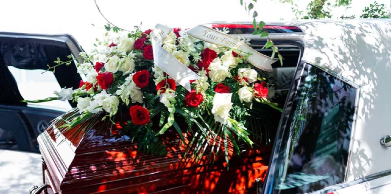 """Na pogrzebie ukradkiem włożyli pewien przedmiot do trumny zmarłego. Tak """"podziękowali"""" mu za rzeczy, które zrobił"""