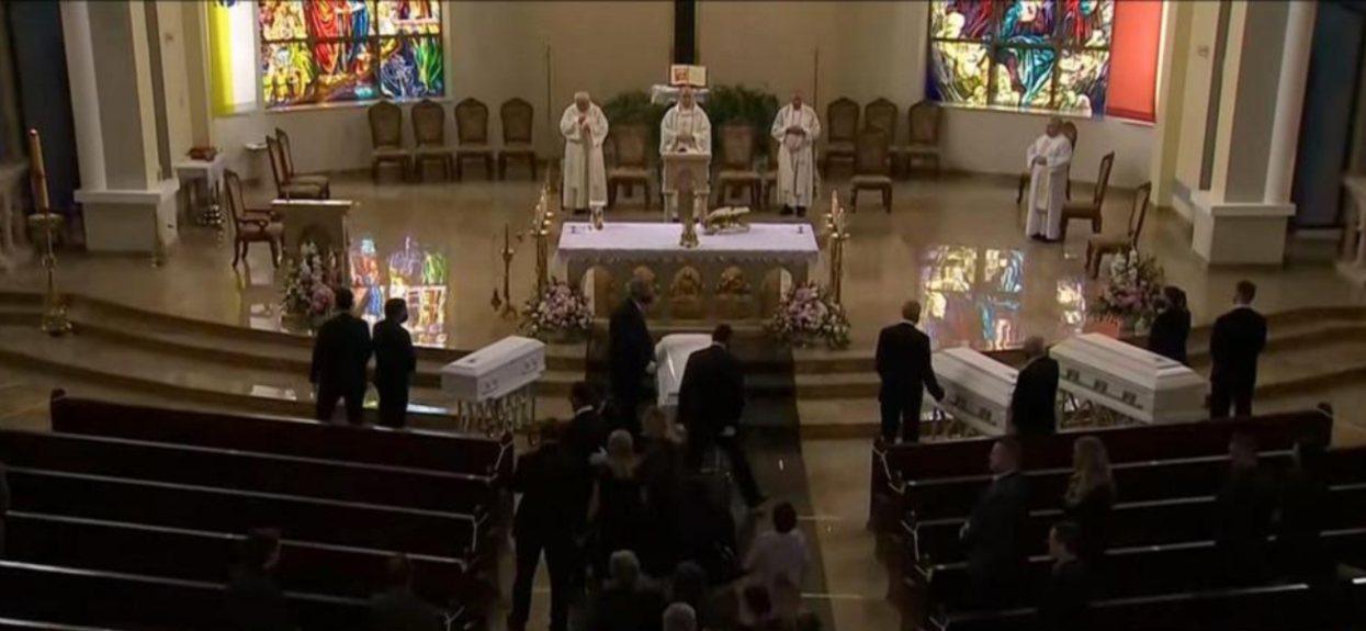 Cztery białe trumny na pogrzebie Karoliny i jej córeczek. Nie powinny umrzeć w podobny sposób, wielki smutek