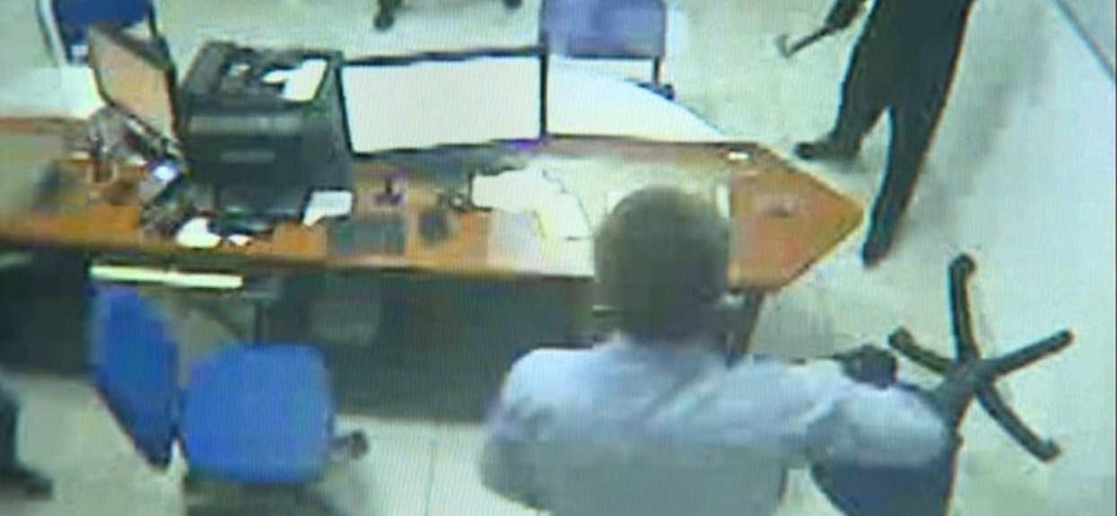 Napadli na bank z ciupagą i pistoletem-zabawką. Dali się przegonić krzesłem, nagranie zwala z nóg
